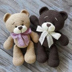 Right here you can see how to make this sweet bears amigurumi. Free amigurumi teddy bear pattern by Nelly Handmade. Chat Crochet, Crochet Mignon, Crochet Dolls, Free Crochet, Crochet Parrot, Crochet Mouse, Crochet Teddy Bear Pattern, Crochet Amigurumi Free Patterns, Plush Pattern