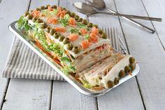Sandwich cake ricetta torta di tramezzinicon tonno e salmone.Veloce,facile,senza cottura! Antipasto freddo perfetto per tutte le occasioni, anche a Natale!