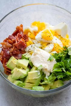 Creamy Avocado Egg Salad with Crispy Bacon – Easy, nutritious, and SO delicious! This chunky avocado egg salad is made with simple ingredients from your pantry. Avocado Hummus, Avocado Egg Salad, Bacon Avocado, Bacon Salad, Avocado Cake, Eggs And Avacado, Avocado Brownies, Healthy Breakfast Recipes, Healthy Drinks