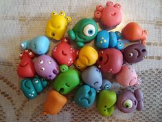 polymer clay monsters - so cute! Fimo Polymer Clay, Polymer Clay Animals, Polymer Clay Projects, Polymer Clay Creations, Clay Crafts, Plastic Fou, Clay Monsters, Play Clay, Cute Clay