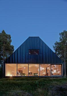 Aunque en España no existe mucha tradición de tener una casa en el bosque, a nosotros nos parece una idea perfecta para poder desconectar de la civilización y poder conectar con la Naturaleza. Una casa en el bosque integrada con el entorno, autoso