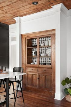 Built-ins can make a great butler's pantry! Magnolia Home built-ins cabinets You know, they just don't build things the way they used to. Back in the day, even multi-family homes sported beautiful built-ins. Style At Home, New Kitchen, Kitchen Decor, Kitchen Rustic, Kitchen Pantry, Fixer Upper Kitchen, Kitchen Built Ins, Fixer Upper House, Built In Pantry