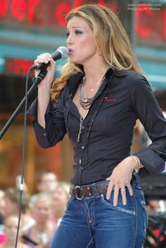 Faith Hill - love the all solids with colorful jewelry Country Female Singers, Country Music Singers, Southern Girls, Country Girls, Beautiful Celebrities, Beautiful People, Mississippi, Tim Mcgraw Faith Hill, Tim And Faith