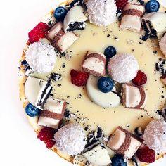 MILKA, TOFFIFEE a RAFFAELLO cheesecake | Refresher blog Cheesecakes, Fruit Salad, Panna Cotta, Food Porn, Food And Drink, Baking, Breakfast, Sweet, Ethnic Recipes