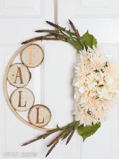 épinglé par ❃❀CM❁✿⊱Hydrangea and Wood Slice DIY Embroidery Hoop Fall Wreath See how easy it is to make this fall embroidery hoop wreath and turn it into an everyday wreath that is perfect to use all year long! Diy Fall Wreath, Autumn Wreaths, Fall Diy, Wreath Ideas, Autumn Diys, Diy Fall Crafts, Spring Wreaths, Summer Wreath, Holiday Wreaths