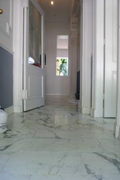 arabescato marmeren vloer | mozaiek utrecht Tiled Hallway, Concrete Kitchen, Next At Home, Malaga, White Marble, Ramen, Sweet Home, Indoor, Tile Flooring