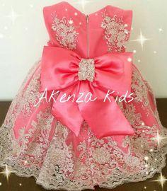 Maravilhoso vestido todo em renda francesa e detalhes em pérolas....super luxo para princesas.