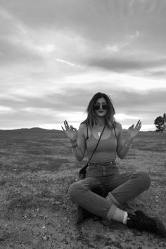 Image shared by ro. Find images and videos about black and white, hipster and kylie jenner on We Heart It - the app to get lost in what you love. Kylie Jenner 2014, Kylie Jenner Outfits, Trajes Kylie Jenner, Estilo Kylie Jenner, Jenner Girls, Kylie Jenner Style, Kardashian Jenner, Jenner Sisters, Poses