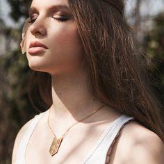 Collier chevron philigrané et cuir marron Ostara Dieu du Printemps - Naminoe | Cornr
