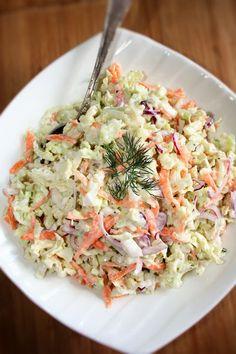 Surówka o dość zdecydowanym smaku, bo skoro z sosem tzatziki, to rzecz jasna z czosnkiem. Świetnie pasuje do smażonych i duszonych mięs, ... Anti Pasta Salads, Pasta Salad Recipes, Raw Food Recipes, Cooking Recipes, B Food, Polish Recipes, Side Salad, Tzatziki, Healthy Salads