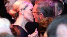 """ARCHIV- Der damalige Bundespräsident Christian Wulff gibt seiner Frau Bettina am Freitag (25.11.2011) beim Bundespresseball in Berlin einen Kuss. Foto: Wolfgang Kumm dpa (zu dpa """"Christian und Bettina Wulff sind wieder ein Paar"""" vom 06.05.2015) +++(c) dpa - Bildfunk+++"""
