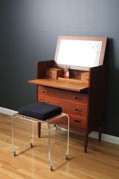 MIDCENTURY MODERN FINDS Danish Modern, Midcentury Modern, Modern Vanity Table, Building A Cabin, Mini Office, Closet Ideas, Danish Design, Home Accents, Future House