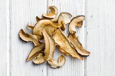 Сушка – самый простой способ надолго сохранить этот продукт. Сухие грибы придают блюду особенный вкус и аромат.