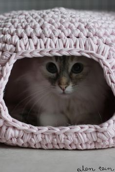 Crochet Kitty cave from tshirt yarn or zpagetti yarn. Scroll to the bottom of the page for the English pattern