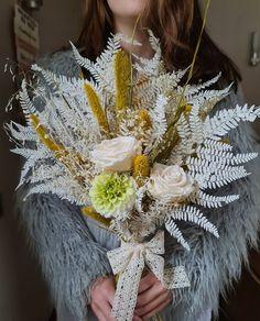 Febrero, y vamos a hablar de la elegancia de las rosas naturales y la variedad de rosas preservadas para la elección de tu ramo de novia. | Flores Akita Akita, Crown, Hot Pink, Rose Varieties, Rose Trees, Floral Decorations, Wedding Bouquets, Corona, Crowns