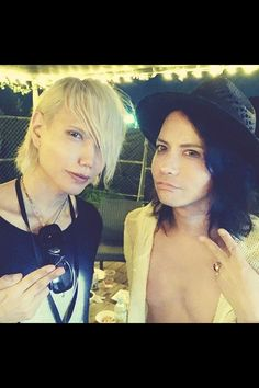 Shinya con Hyde https://instagram.com/p/6teCMCChdn/