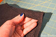 Need to keep your dog cooled off? Here is a DIY Dog Cooling Mat Tutorial that will keep your pooch cool while he's outside with the family. Dog Cooling Mat, High Calorie Diet, Dog Body Language, Sewing Basics, Basic Sewing, Cool Dog Beds, Summer Dog, Dog Crafts, Puppy Face