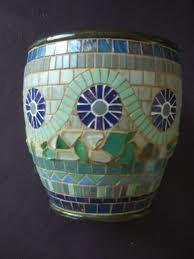 17 Best images about Macetas decoradas Mosaic Planters, Mosaic Garden Art, Mosaic Vase, Mosaic Flower Pots, Pebble Mosaic, Mosaic Mirrors, Mosaic Crafts, Mosaic Projects, Mosaic Ideas