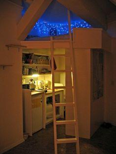 Outra solução genial para espaço pequeno. A cama no nicho superior ganhou iluminação que remete ao céu, embaixo uma mini cozinha montada.