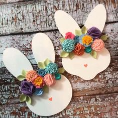 Gorgeous Easter Decorations & Crafts That You'll Love Easter Bunny Decorations, Easter Wreaths, Spring Crafts, Holiday Crafts, Easter Bunny Ears, Diy Ostern, Bunny Face, Easter Activities, Home And Deco