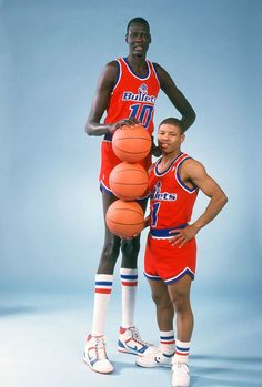 Manute Bol, the tallest player in NBA history at next to Muggsy Bogues,. Funny Basketball Memes, Basketball Funny, Basketball Pictures, Basketball Legends, Sports Basketball, Nike Basketball Shoes, College Basketball, Basketball Players, Basketball History