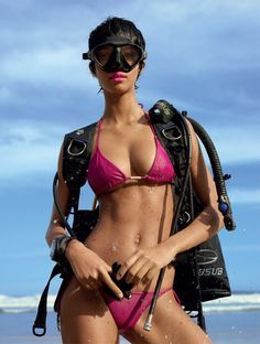 Mergulho Vivo – Sporting a short 'do, Lais Ribeiro looks ready to dive in for this scuba-inspired story featured in the January issue of Harper's Bazaar Brazil. Lais Ribeiro, Diving Goggles, Scuba Diving Equipment, Scuba Girl, Beach Poses, Sporty Girls, Sexy, Silhouette, Brazil