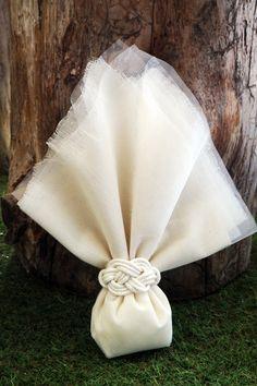 Μπομπονιέρα Atelier Zolotas -  Τούλι με γάζα και κόμπος με κορδόνι Wedding Favors, Party Favors, Wedding Gifts, Wedding Decorations, Wedding Day, Flower Boxes, Flowers, Burlap Table Runners, Crochet Wedding