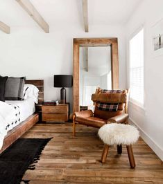 Ultra chic farmhouse style dwelling in the village of Sag Harbor Decor, Home Design Decor, House Inside, Rustic House, Winter Bedroom, Modern Rustic Homes, Decor Design, Bedroom Decor, Trending Decor