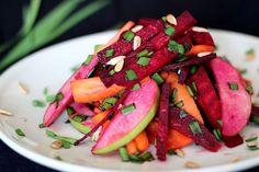 Veganer Salat mit rote Bete und Apfel