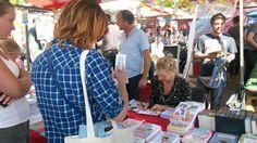 Blog Koopjesjagers: Oudere en net nieuw verschenen titels, alles ging tijdens de grote boekenmarkt op de Amsterdamse Uitmarkt over de toonbank voor een hele lage prijs. Waar doen de uitgevers dit van? #marcelroozeboom #futurouitgevers