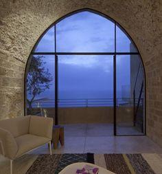 Una casa che ha centinaia di anni eppure si mostra straordinariamente moderna nel suo minimalismo. Siamo nella vecchia Jaffa, in una bellissima posizione sopra il porto e la ristrutturazione di questo edificio è stata curata dallo studio PITSOU KEDEM ARCHITECT. Il risultato è uno splendido loft dal cuore ascetico in cui sono stati ripristinati gli …