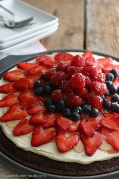 Brownie Fruit Pizza - Start with a simple brownie mix and turn it into a showstopping dessert in minutes! Cream Cheese Fruit Dip, Fruit and Apple Jelly are added to this incredibly easy dessert recipe from Summer Desserts, Easy Desserts, Delicious Desserts, Healthier Desserts, Summer Recipes, Sugar Cookies Recipe, Cookie Recipes, Dessert Recipes, Pizza Recipes