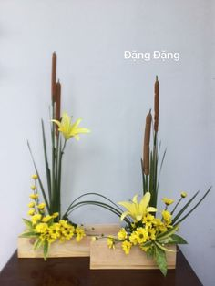 This flower has a perfect pattern, as shown on the picture The Willow is on each side to create a pattern Orchid Flower Arrangements, Contemporary Flower Arrangements, Tropical Floral Arrangements, Altar Flowers, Ikebana Flower Arrangement, Church Flower Arrangements, Ikebana Arrangements, Church Flowers, Beautiful Flower Arrangements