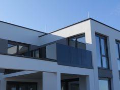 Stilvoll & Modern - Mit einem Nurglasgeländer ziehen Sie Blicke auf sich! Carports, Montage, Multi Story Building, Modern, Porch Roof