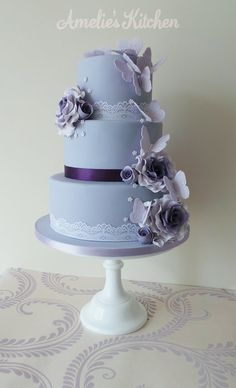 I am thinking a simple cake like this, vegan of course, and maybe change the colors a little.