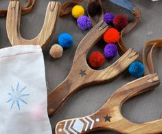 Have fun with a wooden slingshot with pom poms! // A perfect gift for the truly unimaginative child. For a normal kid, this is an invitation to trade up from pom poms to guaranteed injury and destruction. Projects For Kids, Wood Crafts, Crafts For Kids, Arts And Crafts, Wooden Slingshot, Little Presents, Wood Toys, Diy Toys