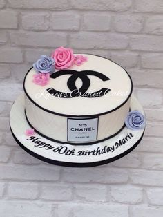 Chanel style birthday cake for a birthday Adult Birthday Cakes, Birthday Cakes For Women, Cute Cakes, Yummy Cakes, Channel Cake, Fashionista Cake, Best Cake Ever, Beautiful Cake Designs, Chanel Style
