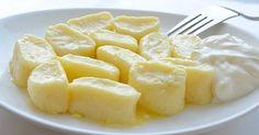 Colțunașii leneși din brânză de vaci este una dintre felurile de mâncare preferate de noi încă din copilărie. Uneori ele sunt numite găluște leneșe sau găluște din brânză. Conform rețetei noastre, colțunașii leneși se prepară rapid, iar la gust se aseamănă cu deserturile, deși aceștia conțin o ca