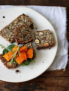 Brot aus Nüssen, Haferflocken und verschiedenen Samen, ohne Hefe und Sauerteig