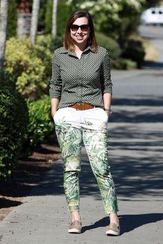 Mix de estampas para um look moderno: camisa de minicorações + calça de flores/folhas.. A cor verde é o que une as duas peças, criando um visual harmônico