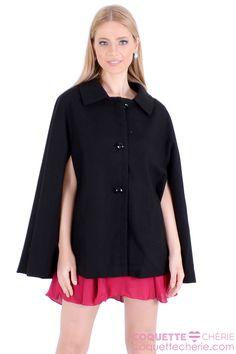 O casaco capa é a novidade da coleção e já está na nossa wishlist*! Sofisticado e elegante, se torna um clássico! Versátil pode ser usado com vestidos, calças, shorts e saias! Monte looks para dia e noite! -- Coquetel -- Festa -- Viagem