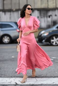 Aimee Song is seen wearing a pink Michael Kors dress outside the Michael Kors show during New York Fashion Week on September 2019 in New York City. Get premium, high resolution news photos at Getty Images Vestido Michael Kors, Street Style New York, Street Style Summer, La Fashion Week, New York Fashion, Jeremy Scott, Alexa Chung, Moda Petite, Vestidos Color Rosa