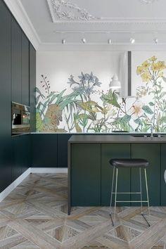Cuisine vert sapin papier peint floral dans un appartement haussmannien Green Kitchen Designs, Best Kitchen Designs, Interior Design Kitchen, Interior Decorating, Modern Interior, Corner Decorating, Green Interior Design, Apartment Kitchen, Home Decor Kitchen
