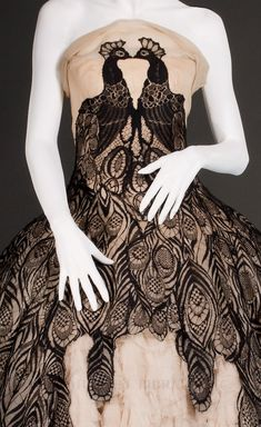 Alexander McQueen, fall/winter 2008-9  From the FIDM Museum Blog  - See more at: http://fripperiesandfobs.tumblr.com/#sthash.VyrsGqG1.dpuf
