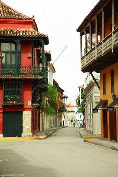Calle Santo Domingo desde la plaza Cartagena, Colombia