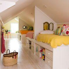 Betten im geteilten Kinderzimmer nebeneinander