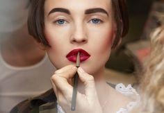 Selbstbestimmt und selbstbewusst, diese Attribute beschreiben die Haute Couture Chanel Herbst Winter Kollektion am besten.