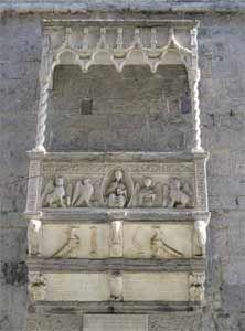 San Lorenzo a Genova. Sulla parete esterna sono collocati due monumenti funerari. Uno dei due è del tradizionale tipo ad arcosolio mentre il secondo presenta un ricco baldacchino gotico; il sarcofago è ricoperto da rilievi raffiguranti Il Cristo Giudice affiancato dal Tetramorfo.