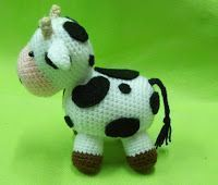 Blog sobre patrones gratis de tejidos al crochet y amigurumi Crochet Giraffe Pattern, Crochet Cow, Crochet Amigurumi Free Patterns, Crochet Animals, Knitting Patterns, Cow Toys, Crochet Accessories, Baby Dolls, Hello Kitty