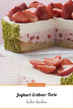 Figurbewusst genießen: Joghurt-Erdbeer-Torte mit Pistazienmantel - kalorienarm - einfaches Gericht - So gesund ist das Rezept: 8,1/10 | Eine Rezeptidee von EAT SMARTER | Biskuitteig, Torten, Beerentorte, Obsttorte, Erdbeertorte, Frischkäsetorte, Quarktorte, Sahnetorte, Schichttorte, Backen, Schneiden, Eiweißreich, Eiweißreiche Desserts, Sommer, Sommerdessert, Was backe ich heute?, Gartenparty, Gäste, Geburtstags, Ländlich, Party, Süße, Wochenende #erdbeertorte #gesunderezepte Strawberry Cake Recipes, Cupcake Recipes, Cooking Cake, Sauce Tomate, Cake Tutorial, Cake Decorating, Food And Drink, Yummy Food, Sweets